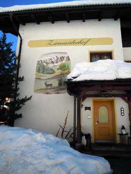 Pension Zirmaiderhof mit Wandbild
